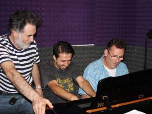 Лёня, Денис и я у рояля.